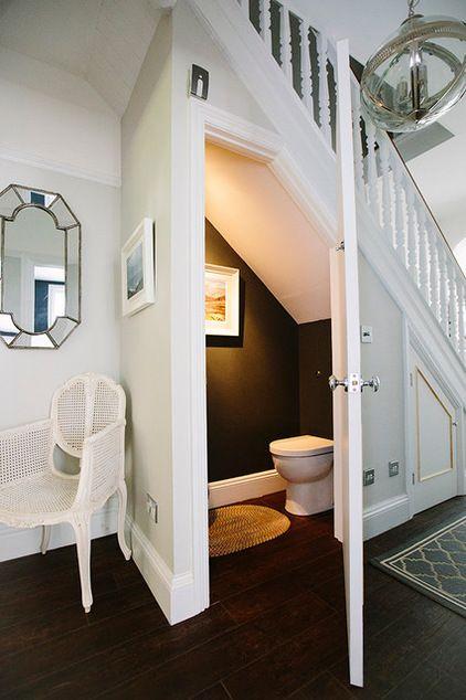 Un baño bajo la escalera