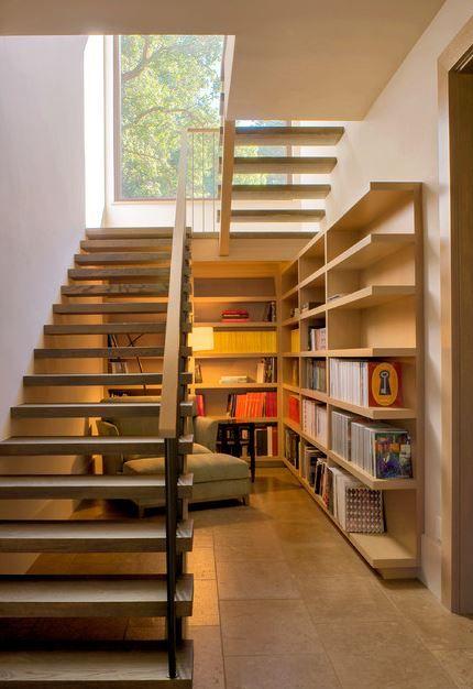 Un abiblioteca bajo la escalera
