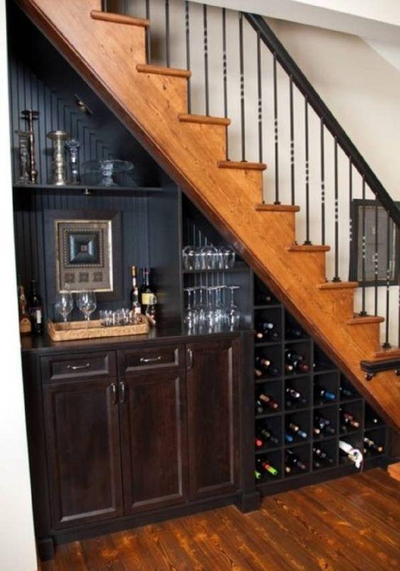 una bodega para los vinos bajo la escalera