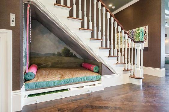 Descansar bajo la escalera